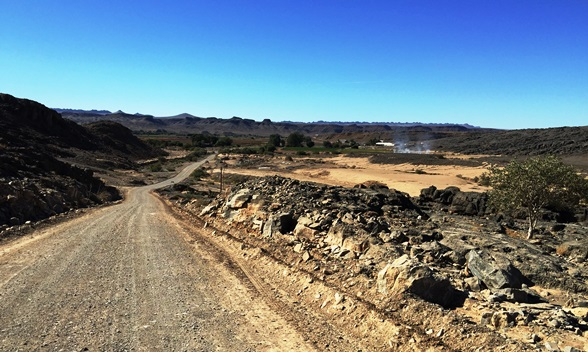 The approach road from Eksteenfontein to Helskloof