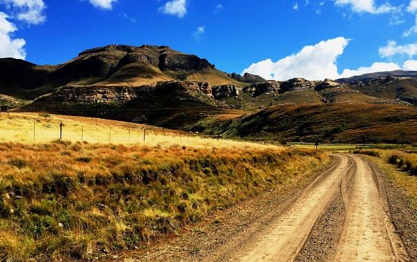 Approach road to Lundins Nek