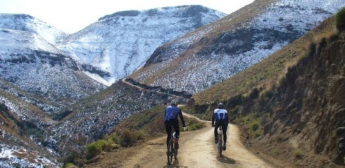 Cyclists ascending Carlisleshoekspruit Pass