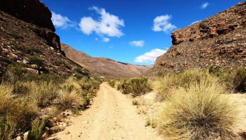An isolated gravel road through a steep sided kloof (21.3.2018)