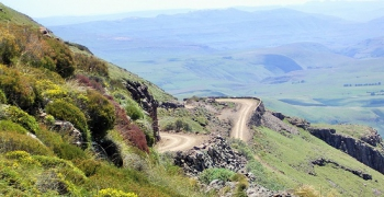 Hairpin bends and jaw dropping views on Naude's Nek Pass
