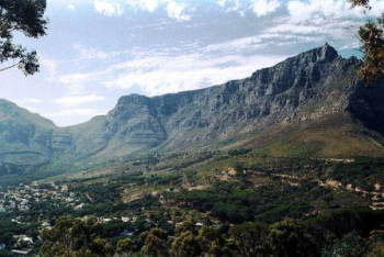 Tafelberg Road traverses the front of Table Mountain